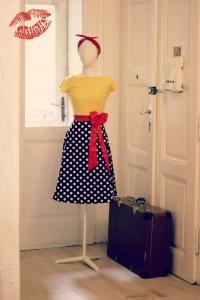 Šaty Lindy Bop žlutomodré s červenou mašlí