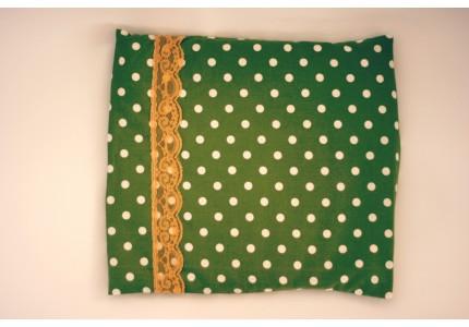 Nahřívací zelený polštářek s puntíky a žlutou krajkou