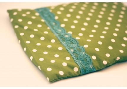Nahřívací zelený polštářek s puntíky a modrou krajkou
