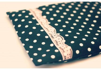 Nahřívací polštářek černý s bílým puntíkem a růžovou krajkou